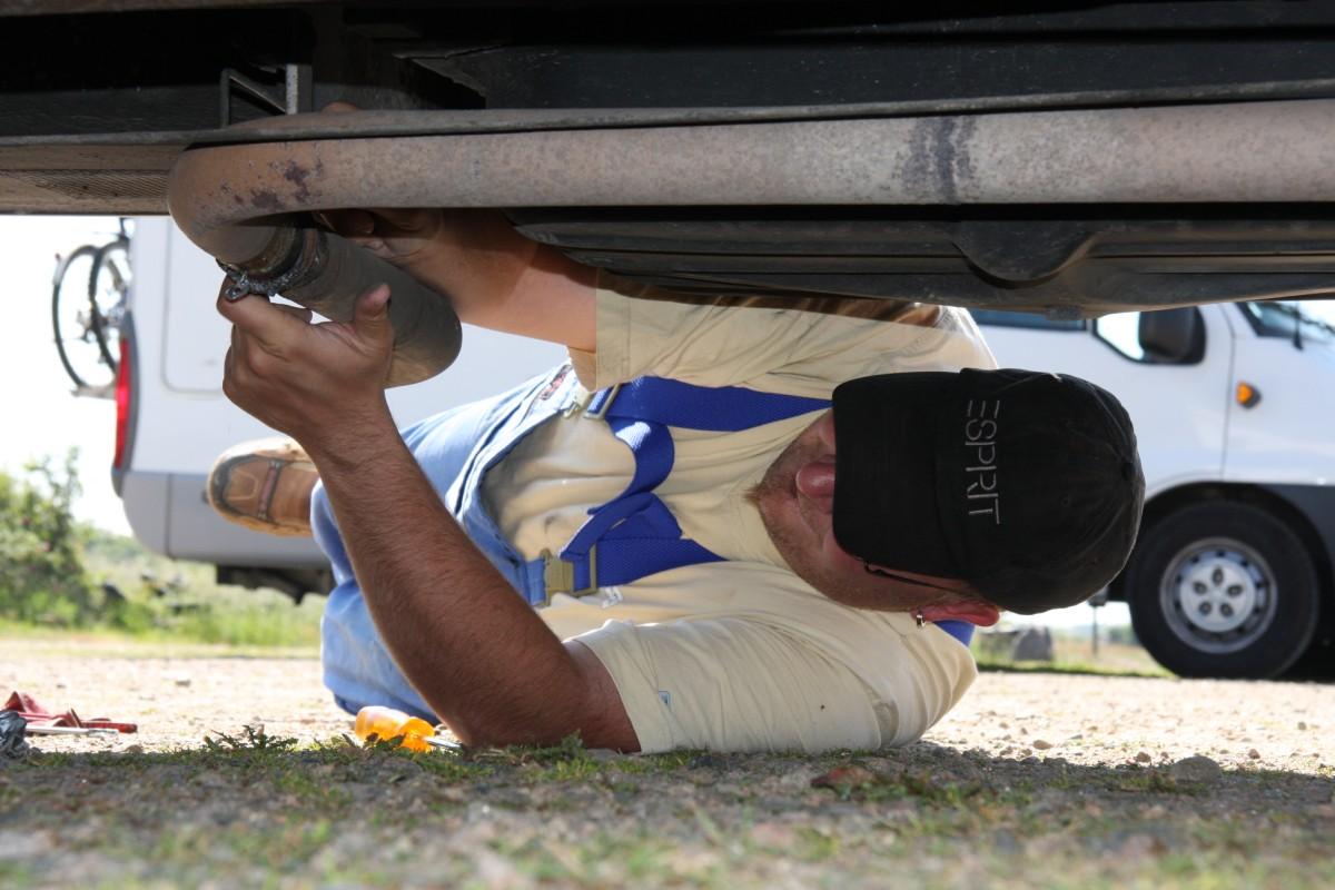 Reparaturarbeiten an der Abgasanlage